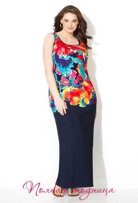 Синий цвет стал популярным выбором многих брендов, в том числе итальянских дизайнеров, которые предложили платья с нежным, тисненым рисунком, длинные куртки